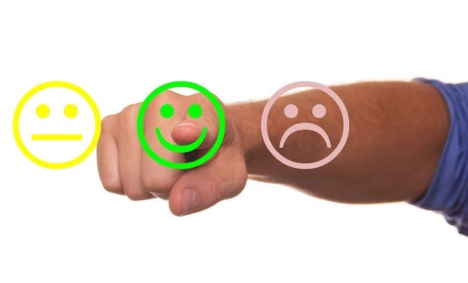 Emoticonos con cara alegre, triste y desilusionada