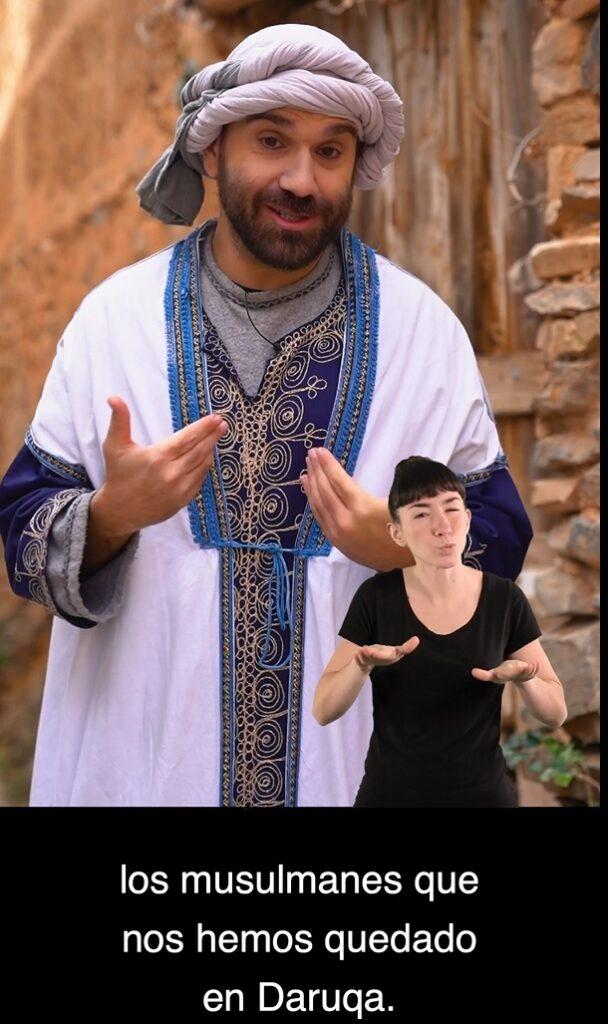 Actor respresenta a una persona musulmana contando una historia. En la imagen se ve a una intérprete de lengua de signos. El vídeo incluye subtítulos.