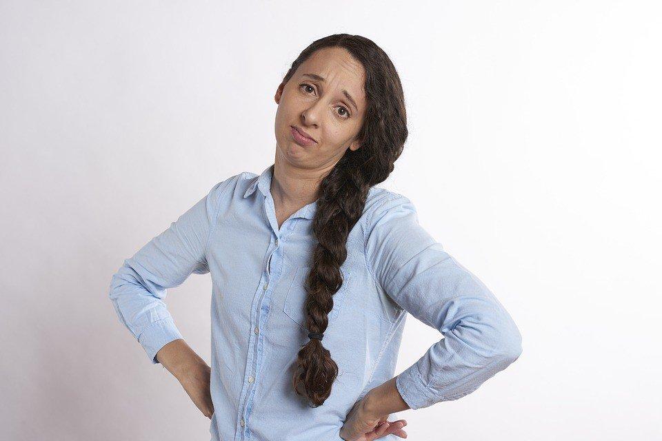 Mujer de mediana edad con cara de agobio y aburrimiento