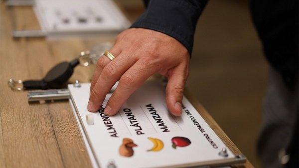 Panel con texto en tinta y braille