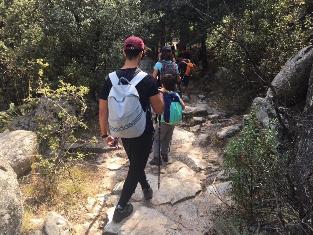 Grupo de guías acompañando a niños ciegos en una salida al monte.
