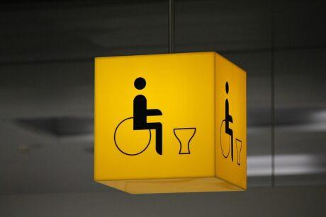 Cubo amarillo con logotipo silla de ruedas