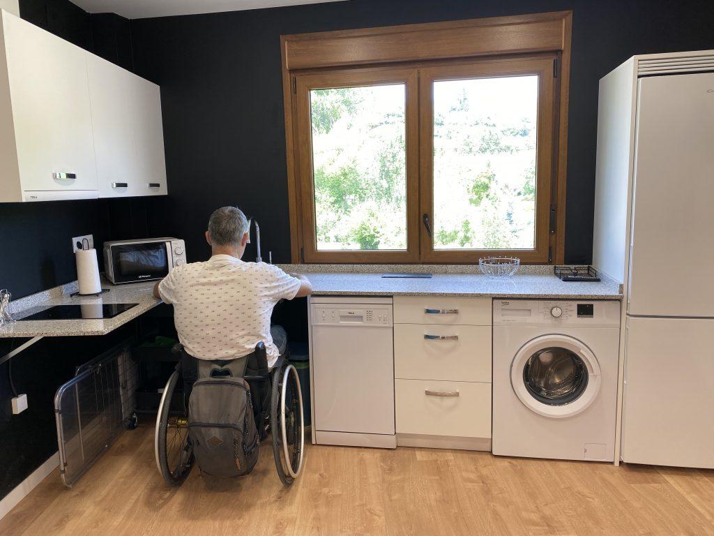 Usuario de silla de rueda utiliza un fregadero sin muebles en su parte inferior